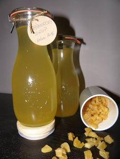 Zázvorový sirup:  1 velký kus čerstvého zázvoru 1 velký pomeranč 1 velký citrón 3 litry vody 1,5 kg cukru  Zázvor oloupejte a nakrájejte na menší plátky. Z pomeranče i citrónu vymačkejte šťávu. Zalijte vše vodou a zasypejte cukrem. Vařte pozvolna na mírném plameni do sirupové konzistence. Ještě horké nalijte do lahví a zavíčkujte. Po otevření ho uchovávejte v lednici.  Zbytky zázvorových plátků se procesem mírného vaření kandují.  Použití jako základ limonád či léčivý sirup. Carafe, Drinks, Lemon, Syrup, Drinking, Beverages, Drink, Decanter, Beverage