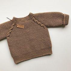 Ters yüz..🙃 { Erkek yelek } İp Schachenmayr Bravo Originals Şiş no 5mm Ön başlangıç sayısı 35 Kol altı eksiltme tek seferde ıkı taraftanda… Sweater Knitting Patterns, Lace Knitting, Crochet Mittens, Crochet Baby, Raglan Pullover, Baby Suspenders, Baby Romper Pattern, Boys Sweaters, Baby Cardigan