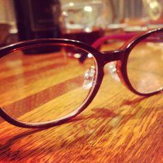 遠近両用メガネ。遠くを見る方のレンズは度なし。
