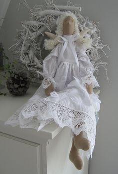 Großer romantischer Engel! -aus wunderschönem Stickereistoff gefertigt und mit Klöppelspize verziert. Die Augen und die Wangen sind aufgemalt. Aufhängeband : Nylonfaden
