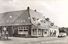 """Cafe de Witte Paarden, Steenwijkerwold, met een """"lelijke Eend"""" van de Wegenwacht voor de deur."""