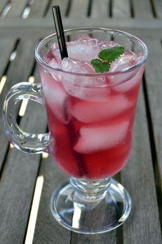 Kirsebærsaft – den lækreste sommersaft… Cocktail Drinks, Cocktails, Punch Bowls, Juice, Tableware, Ethnic Recipes, Food, Smoothie, Cherry