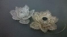 Es mi especialidad tejer Flores les nuestro en hilos de plata e hilos dorado ambas con piedras en punto peruano técnica Crochet!!  MariMar Marita. Márquez..