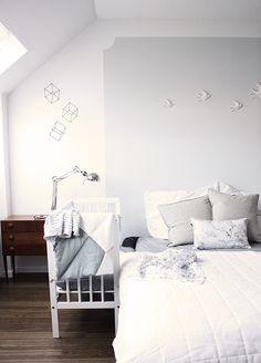 Schlafzimmer Mit VITAs Leuchte Eos Und Tray Table Von HAY - Schlafzimmer vera