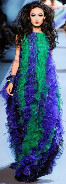 Christian Dior Parigi - Haute Couture Fall Winter - Shows - Vogue. Christian Dior Couture, Dior Haute Couture, Dior Fashion, Couture Fashion, Fashion Show, Green Fashion, Colorful Fashion, Gowns Of Elegance, French Fashion
