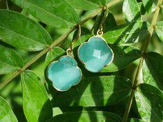 Aqua Chalcedon Steine in Kleblattform. Ohrringe von Zimelien.