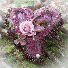 Grave arrangements-Saints arrangement Commemoration grave jewelry Heart Trauergesteck Source by Christmas Deco, Christmas 2016, Fall Deco, Unique Flowers, Heart Jewelry, Floral Arrangements, Diy And Crafts, Floral Design, Floral Wreath