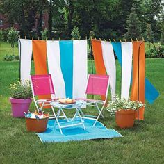 Love this simple summer set-up!! That DIY screen would work well for privacy on my patio...must remember this rigging!!
