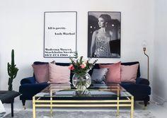 Interior, inredning, rosa, svart, vitt, guld, guldbord, blå soffa, blue sofa, soffbord, mässing, blommor, flowers, table, moderna museet, inspo