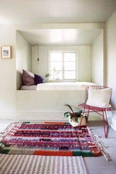 Mezcla de alfombras y crear capas con las alfombras para decorar el dormitorio