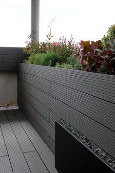 jardin de diseo con madera tecnolgica en color gris by