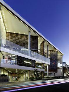 Centro Comercial Andino Kolumbien NBK Baguette www. Arch Building, Building Exterior, Building Facade, Building Design, Tropical Architecture, Architecture Details, Modern Architecture, Retail Architecture, Mall Facade