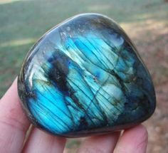 """labradorite (spectrolite)"" - a specialist at refracting light inside its structure; it makes playing with light amazing ~:^)> Crystals Minerals, Rocks And Minerals, Crystals And Gemstones, Stones And Crystals, Gem Stones, Pierre Labradorite, Les Chakras, Beautiful Rocks, Mineral Stone"