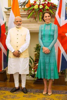 Veja todos os looks usados por Kate Middleton em visita à Índia - Vogue | News