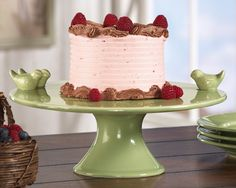 love the little birds on the cake stand!!