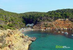 Playa de Cala Salada, uno de los rincones más bonitos de la isla de #Ibiza  https://instagram.com/esrebostdecanprats/…