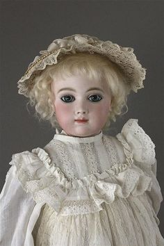 What an ethereal beauty this early German shoulder-head has ........