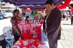 Spanish Valentines Day activities: Spanish questions for talking about the image. This Valentine's Day fair is in Talcahuano, Chile. The Spanish lesson that follows, like all the Learn Spanish with Pictures activities, has questions that are ordered to help children master the vocabulary and gain confidence with the language. http://www.spanishplayground.net/learn-spanish-pictures-valentines-day/