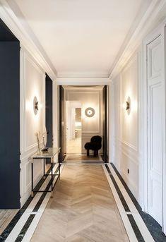 Modern elegance black and white apartment in Paris PUFIK Beautiful Interiors Online Magazine Modern Classic Interior, Modern Interior Design, Hall Interior, Apartment Interior Design, Apartment Ideas, Casa Pop, Corridor Design, Hall Design, Flur Design