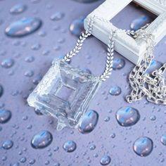 氷の額縁をイメージして作った、遊び心のあるネックレスです。ツヤツヤの額縁が少し溶けて、雫がこぼれ落ちそうになっています。見た目に涼しげなので、今の季節にぴった...