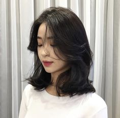 22 Perfect Medium Length Hairstyles for Thin Hair in 2019 - Style My Hairs Pelo Ulzzang, Ulzzang Hair, Medium Hair Cuts, Medium Hair Styles, Curly Hair Styles, Asian Short Hair, Short Hair Korean Style, Medium Asian Hair, Korean Short Hairstyle