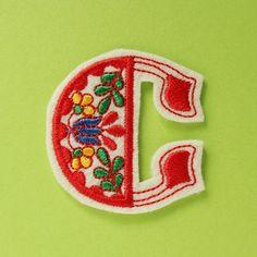 アルファベットワッペン花の刺繍・C - チロル屋