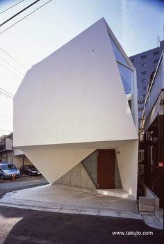 Small House in Tokyo - Casa pequeña en Japón forma de gema, en la foto acceso a nivel de la calle