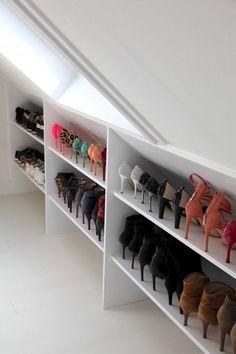 Une étagère sur mesure, sous les combles, pour optimiser le rangement des chaussures