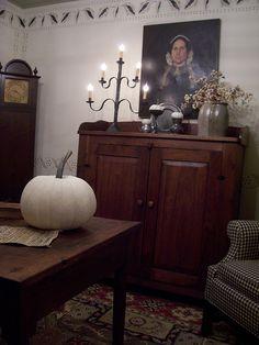 Colonial Home Kolonialhaus Primitive Living Room, Primitive Homes, Primitive Furniture, Primitive Fall, Primitive Country, Primitive Decor, Country Furniture, Prim Decor, Country Decor