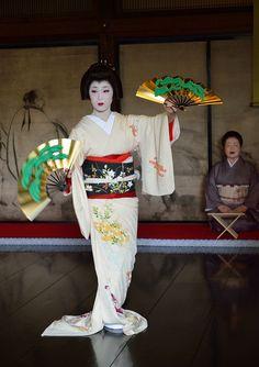 芸妓さんと舞妓さんのブログ (Geiko Tsunemomo dancing with fans - mai ogi  Photo...)