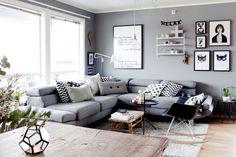 Camilla har valgt en grå base i sin leilighet - og mener de små rommene føles større nå enn da de var hvite.