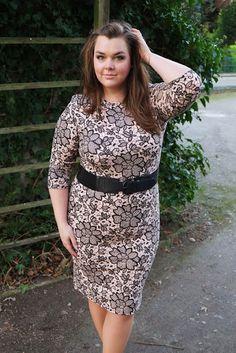 Bodycon-Kleid eng Blumen-Muster beige schwarz | Plus Size Fashion Outfit | floral midi dress black blush