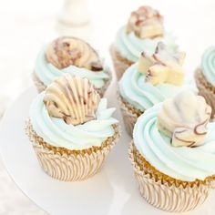 Chocolate Seashell Cupcakes - looks like too much sweet; display the seashells around the cupcakes Seashell Cupcakes, Beach Cupcakes, Summer Cupcakes, Beach Wedding Cupcakes, Pretty Cupcakes, Fun Cupcakes, Ocean Theme Cupcakes, Decorate Cupcakes, Swirl Cupcakes