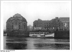 """Seit dem 20.4.50 finden täglich Dampferfahrten von der Weidendammer Brücke in Berlin zur Baumblüte nach Werder statt. UBz: Das vor wenigen Wochen vom Stapel gelaufene Schiff """"Seid bereit"""" / Mai 1950"""