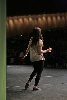 "Jessica Hische dances through her speech: ""letterer, illustrator, crazy cat lady and secret web designer"" via Flickr. Foto: Gerhard Kassner"