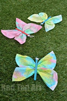 Coffee Filter Butterfly Crafts for Preschoolers - these are so so simple to make and look totally adorable. We have set on my little girl's bedroom wall and they are just delightful!