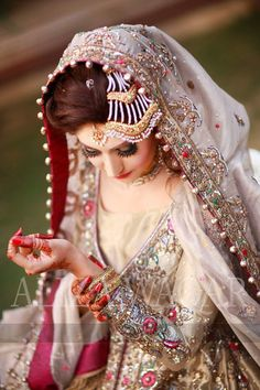 Everything You Need To Know About Throwing The Perfect Wedding. Weddings are wonderful. A lot of people think they need to spend a lot of money to have a classy and memorable wedding, but that's not true. Pakistani Bridal Makeup, Bridal Mehndi Dresses, Desi Wedding Dresses, Pakistani Wedding Outfits, Wedding Wear, Indian Bridal, Wedding Bride, Pakistani Dresses, Bridal Dupatta