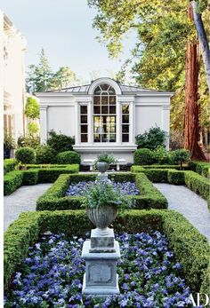 A boxwood parterre is planted on the site of a calif with violas and petunias . - Gartengestatung 2019 A boxwood parterre is planted on the site of a calif with violas and petunias . Formal Gardens, Outdoor Gardens, Modern Gardens, Small Gardens, Garden Modern, Outdoor Sheds, Raised Gardens, Classic Garden, Japanese Gardens