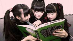 【画像】すぅちゃんに後ろから話しかけるゆいちゃん、妙に色っぽい - Tales of BABYMETAL    ベビメタまとめ情報サイト
