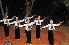 Tout en dégustant un verre d'alcool de riz gluant, tous ensemble autour d'un jarre, profitez d'un spectacle de danse traditionnel.