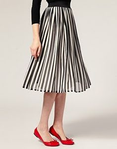 Audrey Hepburn style inspiration for timeless outfits - Page 7 Dress Skirt, Midi Skirt, Look Fashion, Womens Fashion, Fashion Shoes, Girl Fashion, Stripe Skirt, Look Chic, Looks Style