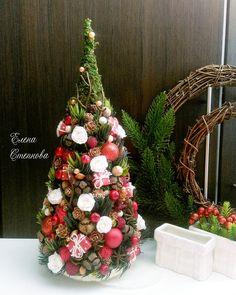 ТОПИАРИИ СВОИМИ РУКАМИ Christmas Wreaths, Christmas Decorations, Holiday Decor, Xmas Crafts, Diy And Crafts, Garland Hanger, Christmas Inspiration, Pine Cones, Photo Wall
