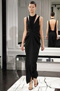 Sobrios pero elaborados vestidos negros de Alexandre Wang.