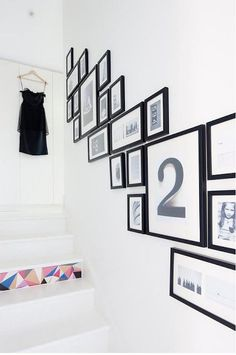 Jurnal de design interior - Pete de culoare, outline, design, decor, home Stairway Picture Wall, Stairwell Pictures, Stairwell Wall, Picture Walls, Picture Frames, Painted Wood Stairs, Photo Wall Collage, Inspired Homes, Frames On Wall