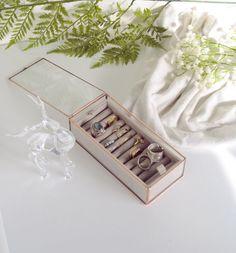 NOUVELLE COLLECTION de BOITES à BIJOUX  Délicate et solide petite boîte à bijoux en verre transparent, conçue à la main dans notre atelier, elle trouvera parfaitement sa place dans votre intérieur. Permets laccueil de vos bagues ou broches. Dune grande qualité, le fond de boîte (inclus) est recouvert de tissus extra doux protégeant ainsi vos précieux biens.  Dune épaisseur de 2 mm, chaque facettes de verre sont taillées une à une avec précision, puis bordées de cuivre afin de permettre leur…