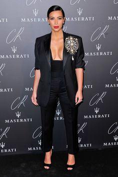 Pin for Later: Ratet mal was der Dresscode bei der größten Party der Pariser Modewoche war Kim Kardashian Die Trendsetterin selbst trug einen sexy Anzug mit einer übergroßen Brosche.