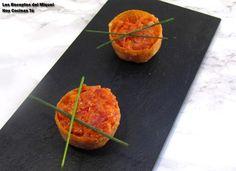 Tartaletas rellenas de fuet con tomate