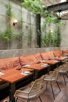 galeria de Restaurante Arturito / Candida Tabet Arquitetura.Courtyard dining, cane fruniture, green plant vine trellis, banquette: