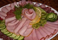 Cortando en la mesa festiva: 55 ideas simples y hermosas Party Trays, Party Snacks, Appetizer Sandwiches, Appetizers, Brunch, Meat Platter, Food Carving, Food Garnishes, Food Trays