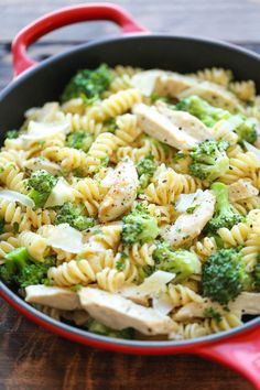 Chicken and Broccoli Alfredo - So easy, so creamy and just so simple to whip up in 30 minutes from start to finish - perfect for those busy weeknights J ai substitue la crème pour soya cuisine. Easy Dinner Recipes, New Recipes, Easy Meals, Cooking Recipes, Healthy Recipes, Dinner Ideas, Healthy Snacks To Buy, Amish Recipes, Dutch Recipes